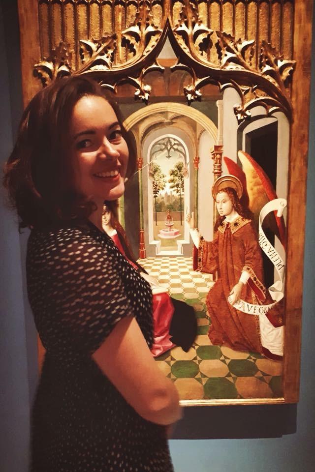 Elsa devant un tableau de mon corpus au Museu Nacional d'Art de Catalunya (une annonciation du maître de la Seu d'Urger vers 1490).