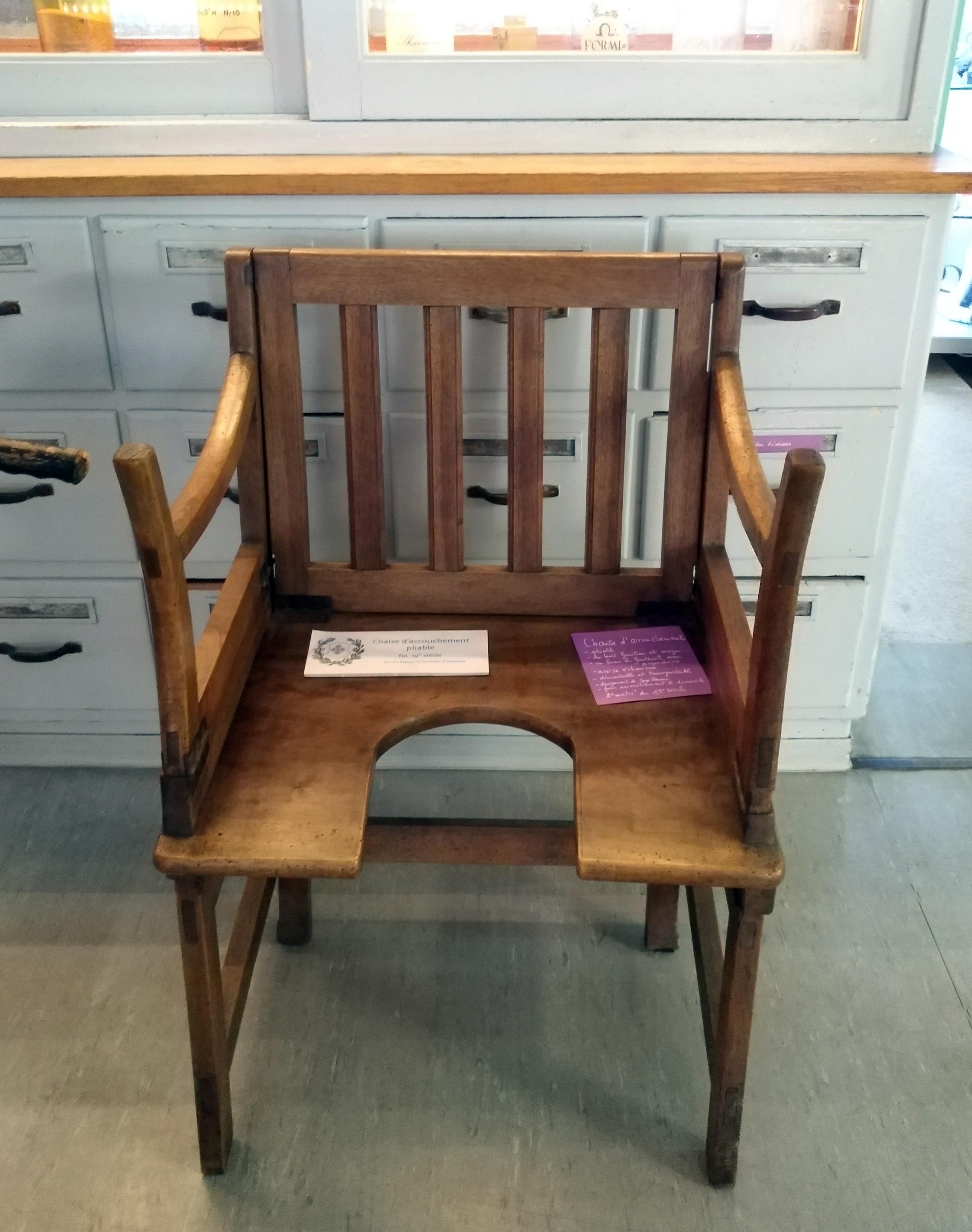 Chaise d'accouchement pliable du musée de l'hôpital universitaire de Strasbourg. Fin du XIXe siècle. Utilisé par une sage-femme itinérante