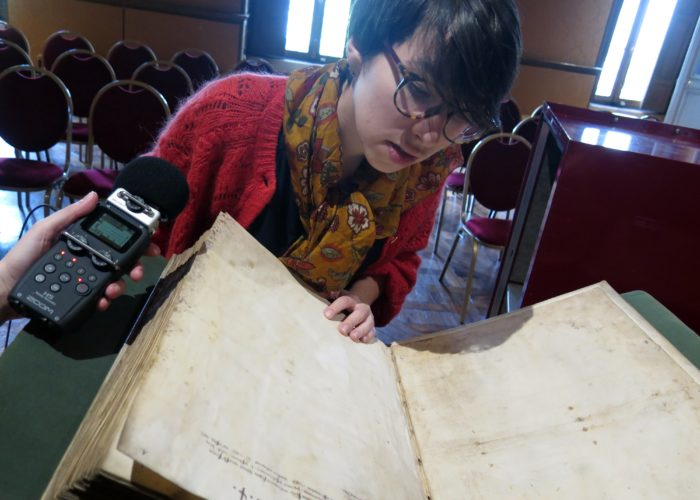 Louisa Torres consultat un ouvrage médiéval à la Bibliothèque de l'Arsenal