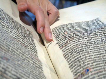 Louisa Torres consultant un ouvrage médiéval à la Bibliothèque de l'Arsenal