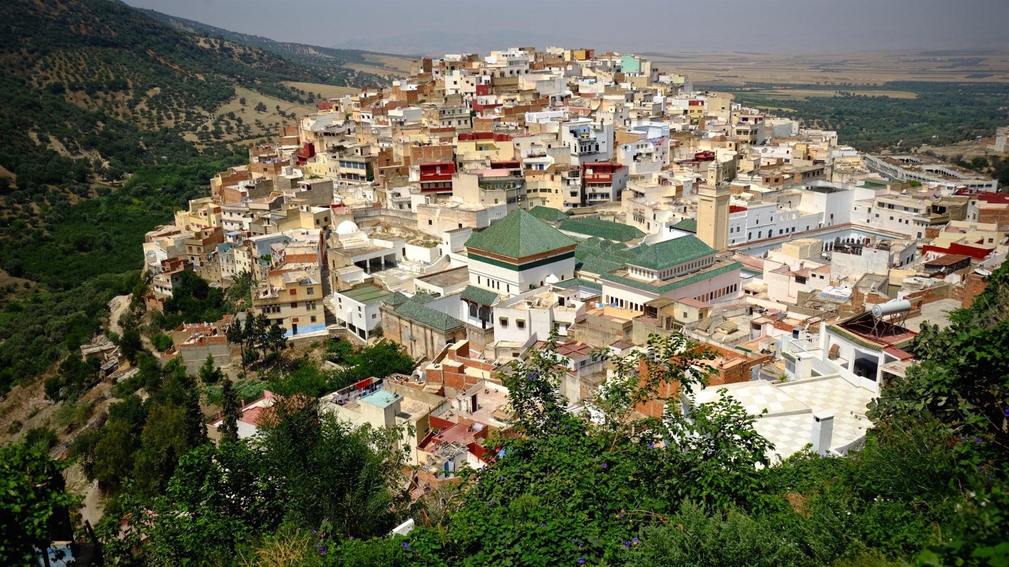 La ville Moulay Idriss au Maroc avec le tombeau d'Idrîs Ier qui a fondé la dynastie des Idrissides