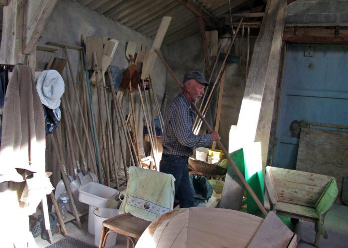Le paludier Jean Charles Nicole dans son atelier