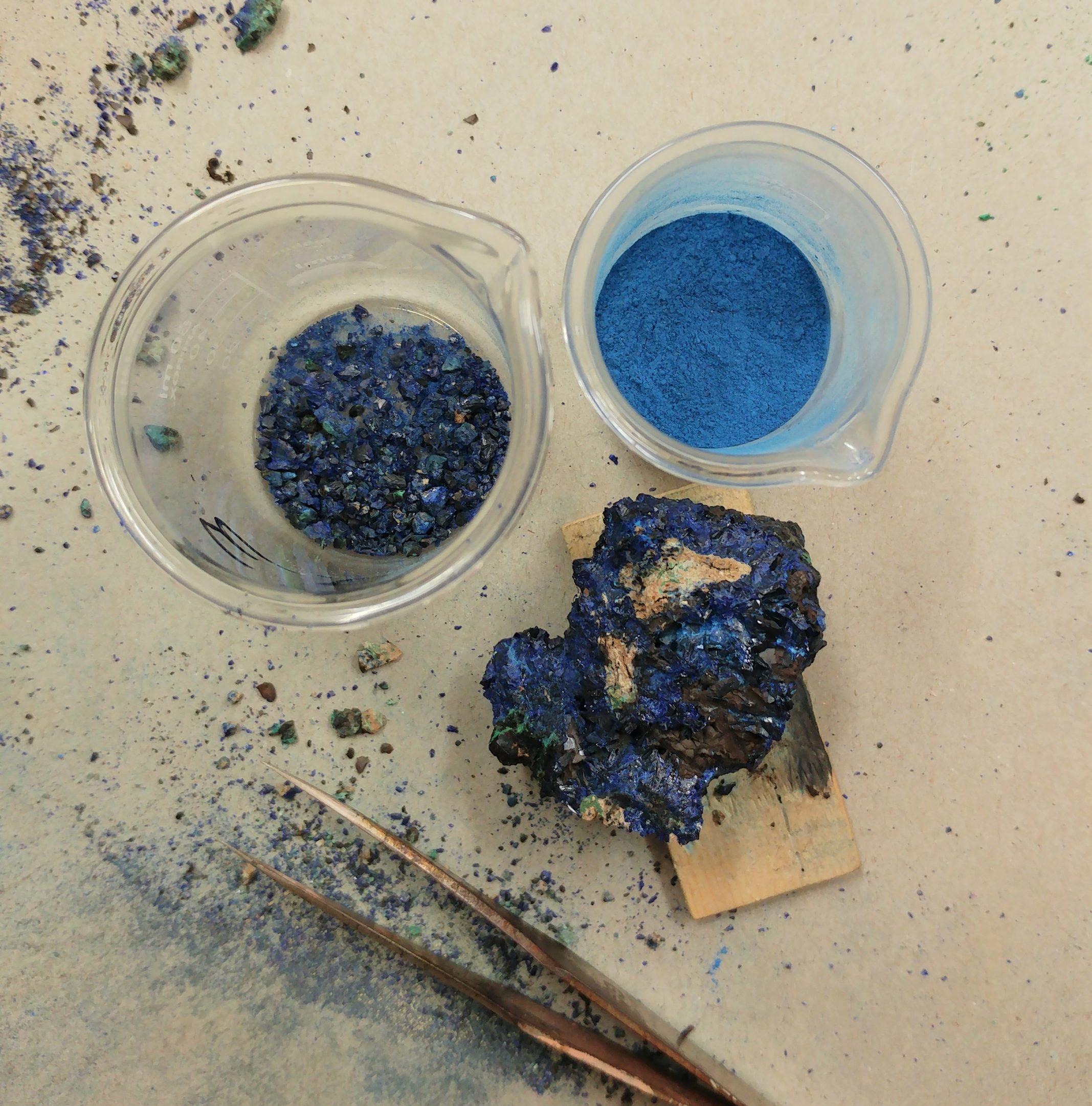 Une image de lapis lazuli non broyé, en cours de broyage et en poudre.