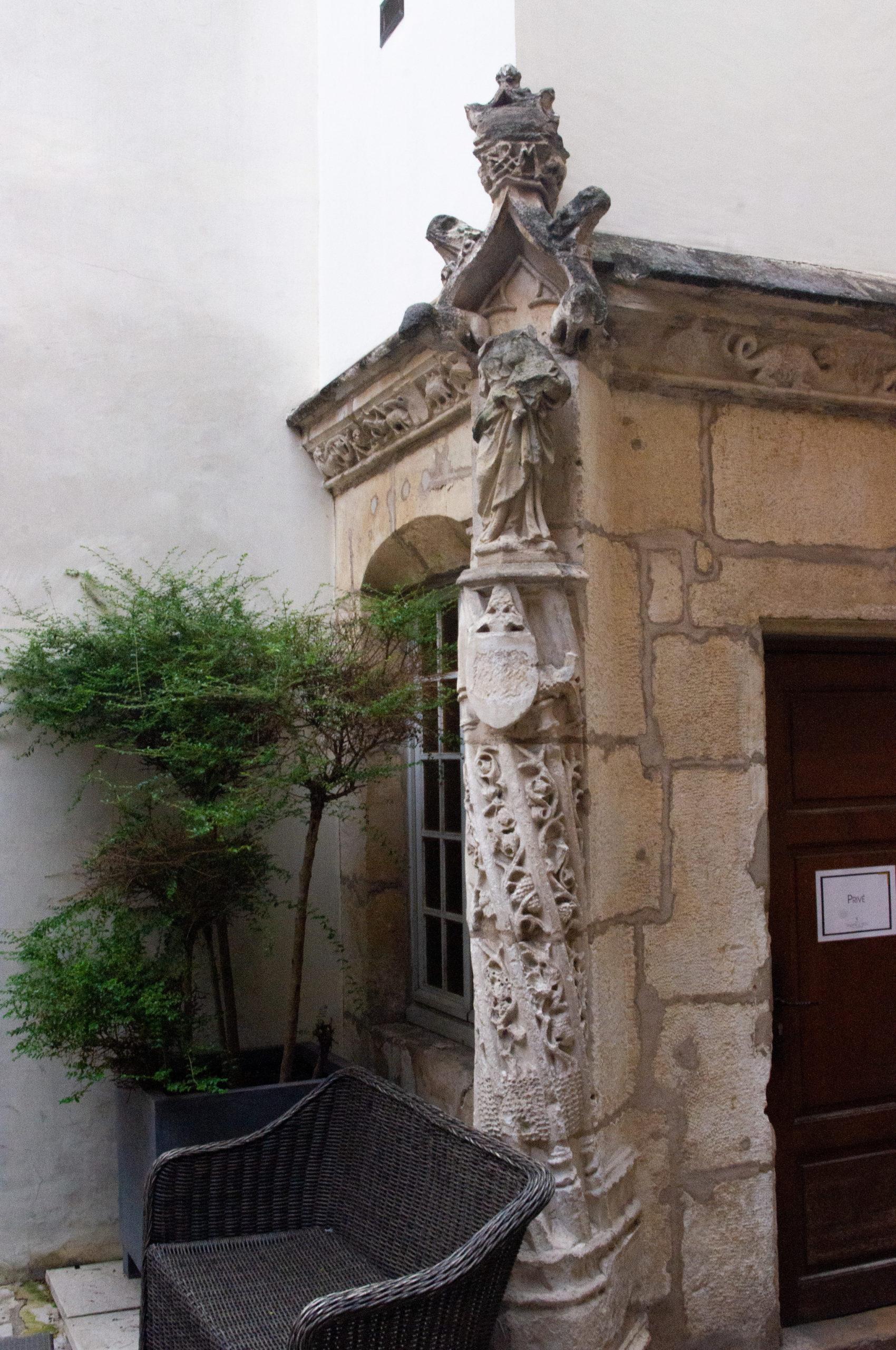 Colonne torsadée exceptionnelle dans l'ancien hôtel particulier Berbisey