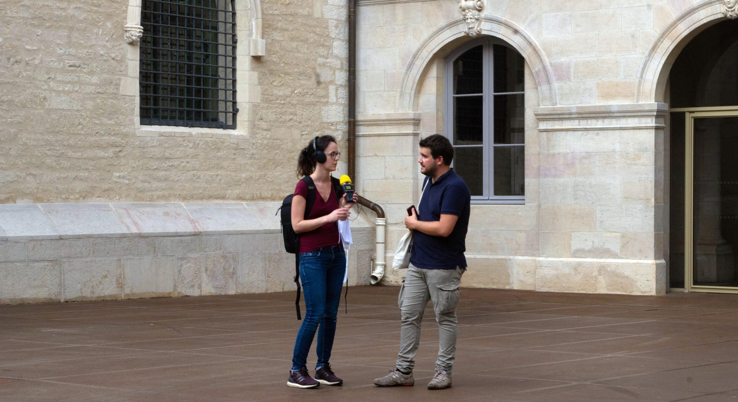 Dans la cour de l'hôtel des ducs de Bourgogne