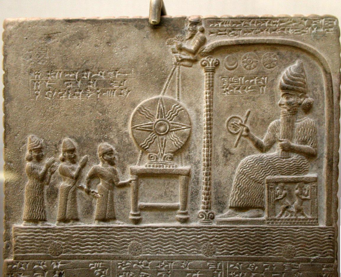 Bas-relief représentant le dieu Shamash faisant face au roi babylonien Nabû-apla-iddina (888-855 av. J.-C.) introduit par un prêtre et une divinité protectrice ; entre les deux, le disque solaire symbolisant le dieu1. British Museum.