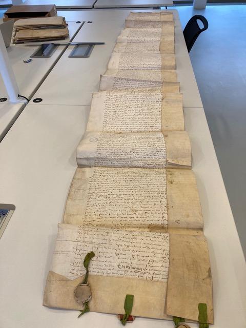 Archives départementales de la Marne (AD 51), Reims, 2G 319/16-19 (cliché par Lucas Flandre). Transaction / accord passé entre l'archevêque et le chapitre à la suite d'un conflit de juridiction. Le document qui a la forme d'un rouleau de près de 4m70 de long comprend à la fin les sceaux des différentes parties en présence.