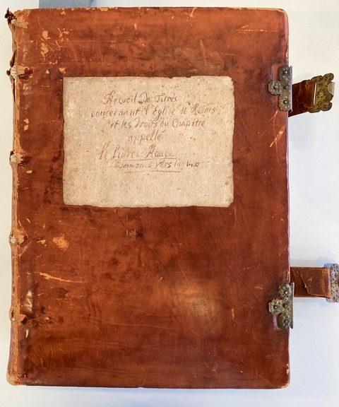 Source : Archives départementales de la Marne (AD 51), Reims, 2G 1650. (Cliché personnel). Codex comprenant 367 folios et appelé par la tradition archivistique locale « Cartulaire A du chapitre » ou encore « livre rouge ». Il est daté du XVe siècle par une note de l'archiviste, mais comporte dans les faits des documents plus anciens, qui sont le signe d'une rédaction beaucoup plus précoce remontant au moins à 1350. C'est un ensemble véritablement composite (copies de chartes, listes de noms, listes de bénéfices des chanoines etc…) et il semblerait qu'il soit le résultat de plusieurs cahiers reliés entre eux