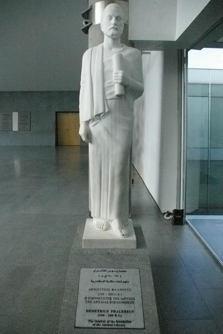 Statue fictive de Démétrios de Phalère d'époque contemporaine placée dans le hall de l'actuelle Bibliotheca Alexandrina à Alexandrie