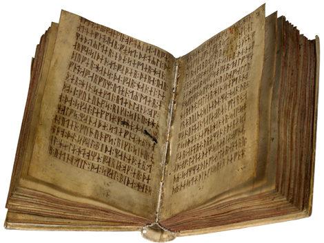 Loi de Scanie (1200 environ). Elle est écrite en latin mais aussi en runes (AM 28 8vo. Codex runicus (copie de 1300), coll. Arnamagnæan, Copenhague). À parcourir en ligne : https://www.e-pages.dk/ku/579
