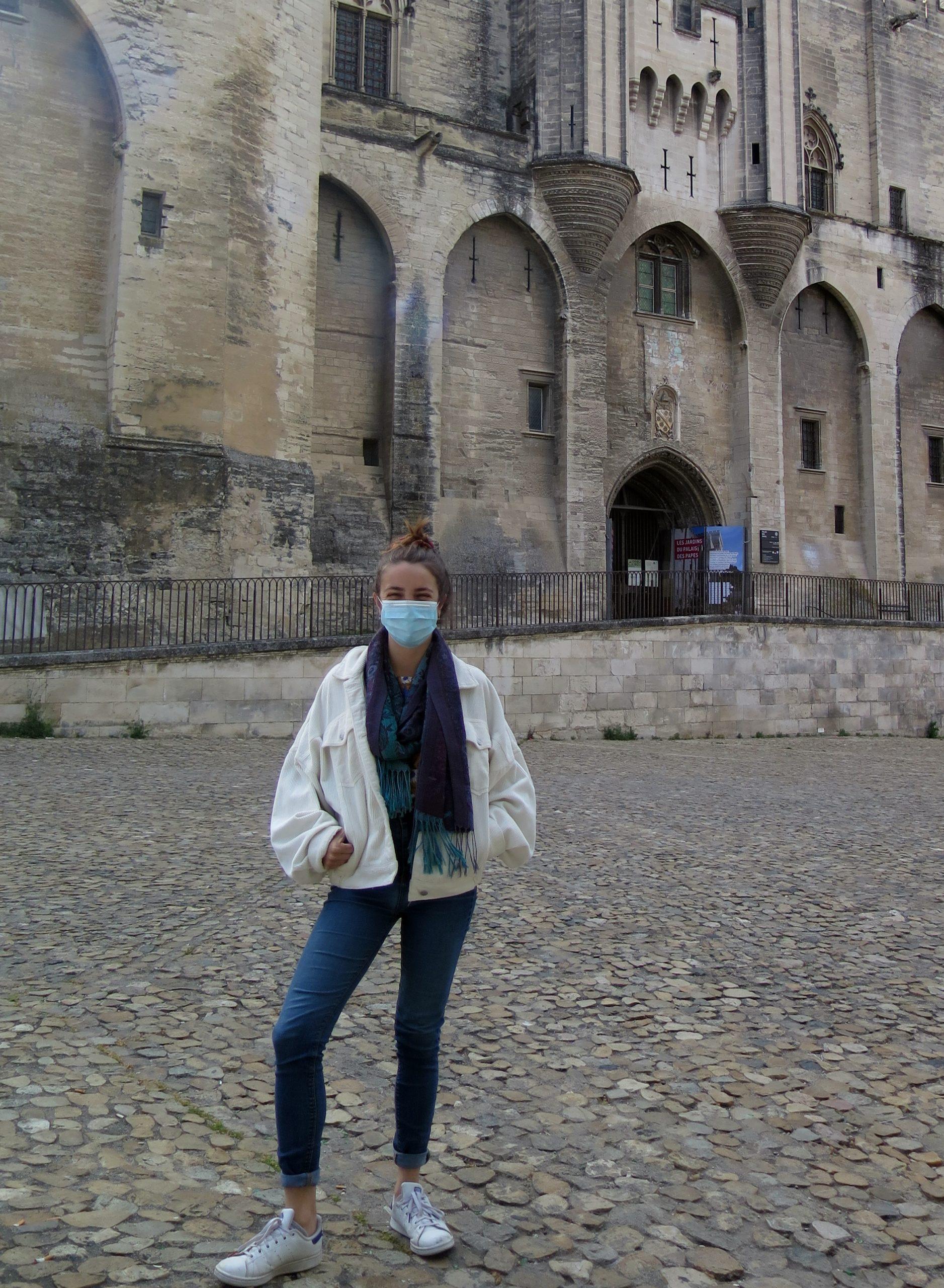 La guide Romane devant le Palais des Papes