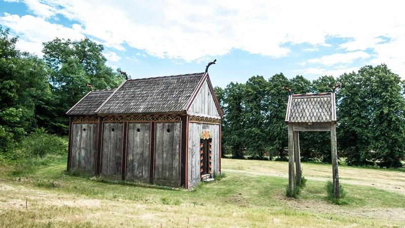 Proposition de reconstitution de l'église d'Hørning (Danemark) dont on a retrouvé une planche de bois décorée datant de 1060. Une tour de cloche, en face de la porte de l'église, a été reconstituée à partir d'autres découvertes archéologiques. Source: Moesgaard Museum.