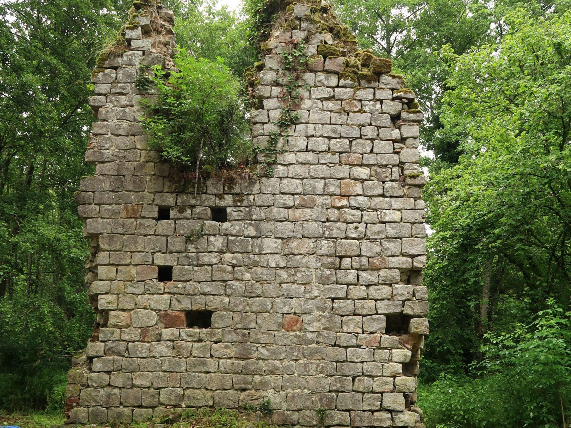 Mur isolé qui menace de s'effondrer sur le site des Moulineaux