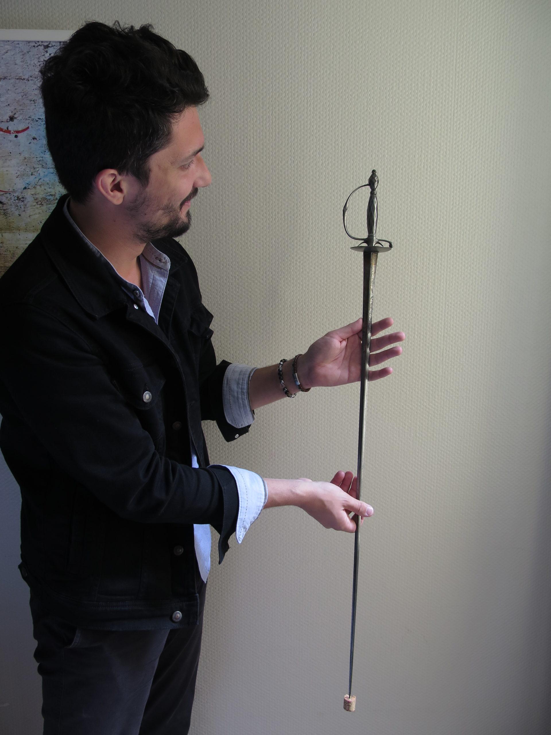 Simon Colombo avec une de ses épées en main