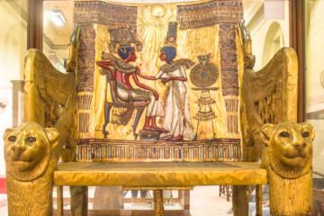 Fauteuil avec têtes de lionnes trouvé dans la tombe de Toutânkhamon, XVIIIe dynastie (© Ilinca Bartos/Musée égyptien, Le Caire, JE 62028).
