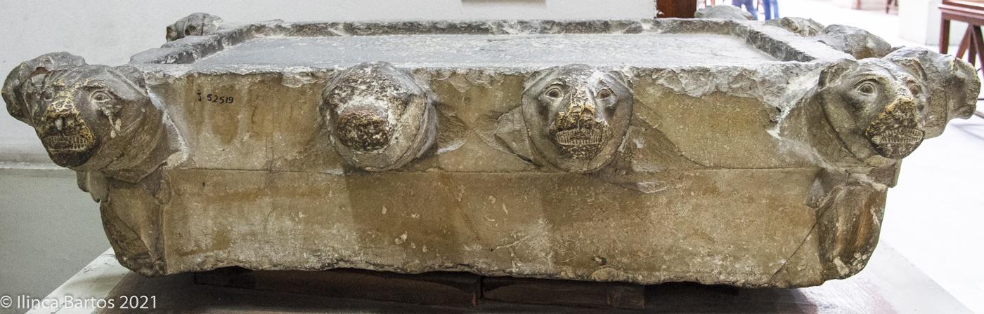 Support décoré de quatorze têtes de lionnes, à l'effigie de la déesse Menet (complexe funéraire de Netjerikhet/Djoser, IIIe dynastie ; © Ilinca Bartos/Musée égyptien, Le Caire, CG 57049, JE 52519).
